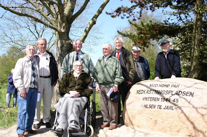 Billede fra 4. maj 2005, hvor flest muligt af de nulevende, lokale modstandsfolk deltog i afsløringen af en mindesten i anledning af 60-året for Danmarks befrielse fra den tyske besættelse 1940-45. Foto: Ejgil Bodilsen